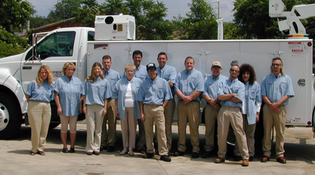 QT team in blue in front of a Dominator II with hydraulic compressor and telescopic crane.